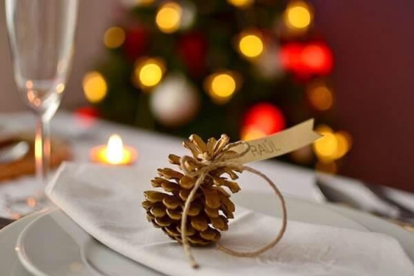 Marcasitios navideño con piñas
