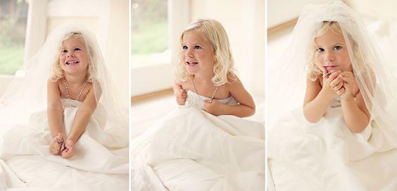 Niña con el vestido de novia de mamá