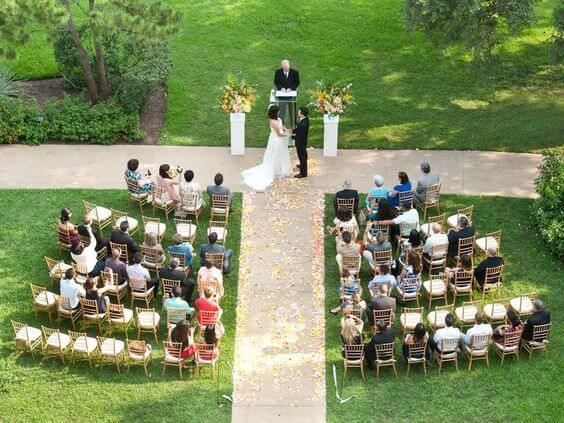 Ceremonia de boda con pocos invitados