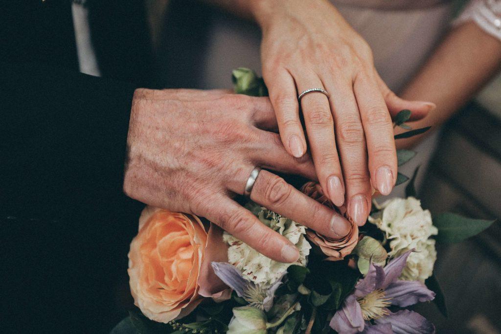 Intercambio de anillos en una ceremonia civil